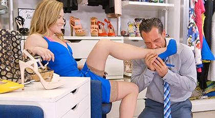Holly Hanson busca un par de zaptos perfectos y se encuentra con un vendedor fetichista dispuesto a follarla duro