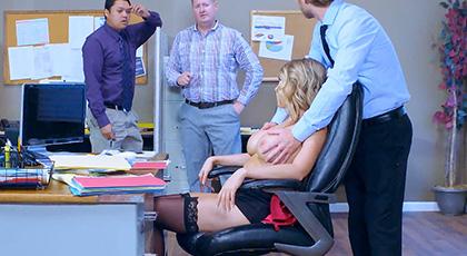 Kagney se quita la ropa en la oficina para llamar la atencion de sus compa�eros y que alg�n voluntario la penetre