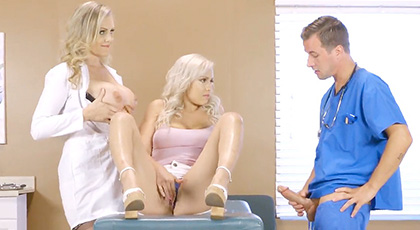 Kylie acude al Doctor con problemas sexuales, que se resuelven con un buen trío