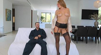 Kandace Kayne seduce al cerrajero con sus potentes curvas