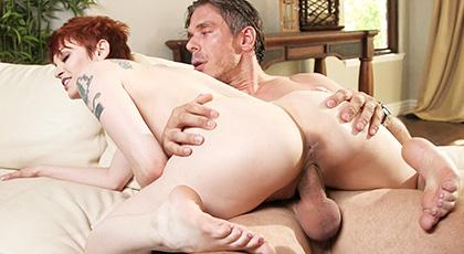 Delicioso sexo en el sofá con la pelirroja Bree Daniels