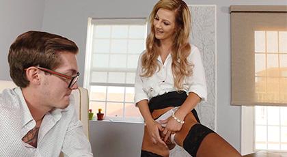 Bella Rose excitada en la oficina con su nuevo compañero
