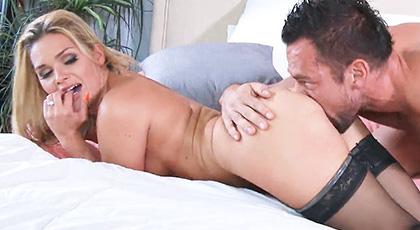 Abby Cross en medias sexys y dándolo todo en su cuarto