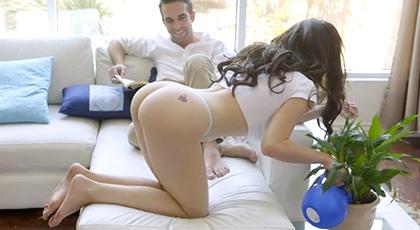Lana Rhoades riega las plantas en tanga seduciendo a su chico