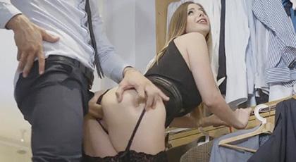 Stella cox, la sastre toma medidas a su cliente para hacerle un traje y acaba bien penetrada