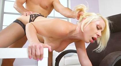 La secretaria Sunny seduce a su jefe en plena oficina