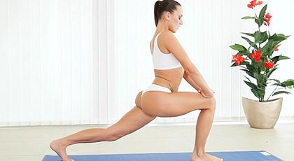 Mea Melone y sus polvos con posturas de yoga