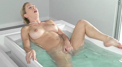 Nada mejor que una buena follada tras un baño caliente con  Cherie Deville