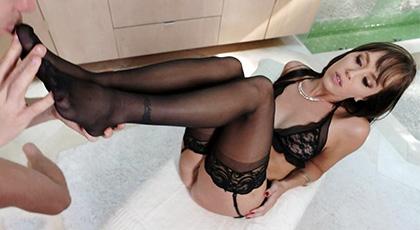 Alana Cruise, una madurita preciosa en lencería y jugando con los pies
