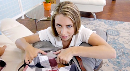 La mirada de zorrita insaciable de Anya Olsen antes de comerte la polla y follarte duro