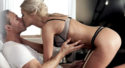 Porno sensual y elegante con la rubia Chary Kiss