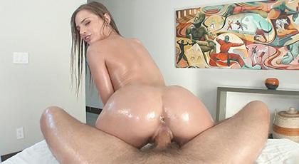 Sydney Cole entregada al sexo duro y con aceite corporal