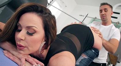 Kendra Lust se deja penetrar por su entrenador personal en el gimnasio