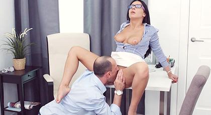 Penetrando el culito de mi secretaria Ksenia