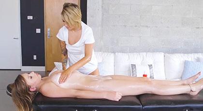 Pressley Carter y Alex Blake se dejan llevar por la pasión de un masaje caliente