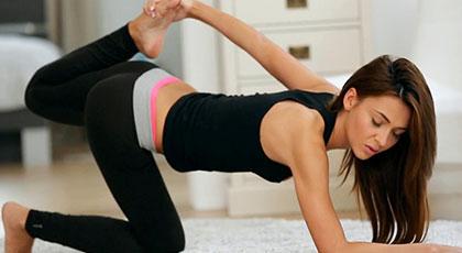 Alexis Brill practica yoga y el amor con su novio