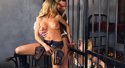 Jessa Rhodes y su detenida Misha Cross follan con el sherif