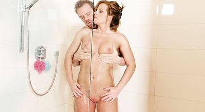 Sexo en la ducha con mi hermosa vecina
