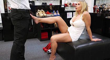 Follando con una madura tetona en la tienda de zapatos
