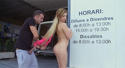 Sexo en público con la rubia