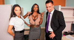 Trío interracial en la oficina