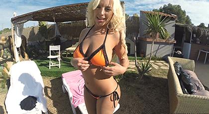 Una rubia espectacular en bikini con ganas de follar
