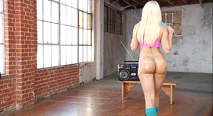 El cuerpo perfecto: Annika Albrite en clase de aerobic