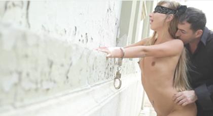 Sexo en la calle con los ojos vendados