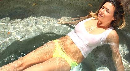 Una extra�a en mi piscina