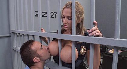 Me encanta chuparle las tetas, Sra. policia!