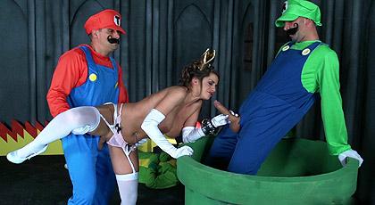 Mario y Luigi se follan a la Princesa Peach