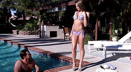Bonito día en la piscina follando a mi novia