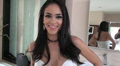 Una latina preciosa es follada por Rocco Siffredi