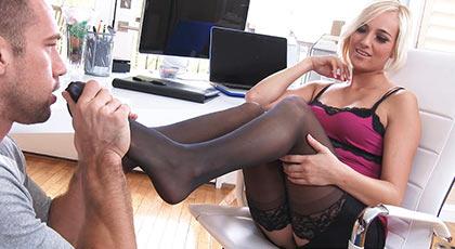 Mi secretaria y su sensual lencería me pone a mil