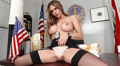 La comisario Rachel es una ninfómana de cuidado