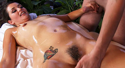 Masajeo su cuerpo con aceite y se calienta tanto que se agarra a mi rabo
