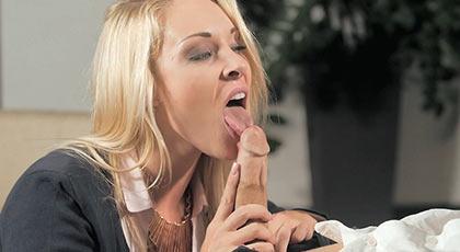 Victoria summers le regala a su jefe una mamada seguida de un polvazo que no olvidar�