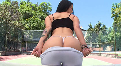 Katrina jade enseña su culazo en la cancha de tenis antes de follar salvajemente