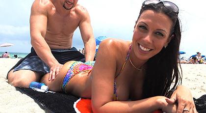 Sexo en público con la preciosa morena que tomaba el sol en la playa, Rachel starr