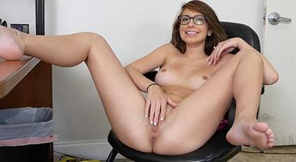joseline kelly bien abierta de piernas y caliente en su casting porno donde demostrará que es una ninfómana viciosa