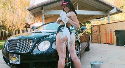 Mandy muse lava el coche y se moja con jabón antes de pasar a la acción