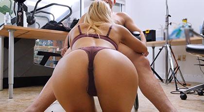 Uma jolie chupa polla en un casting porno donde demostrará sus habilidades sexuales