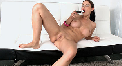 Abbie cat primero se penetra con el dildo y luego con la barra de carne de su follador