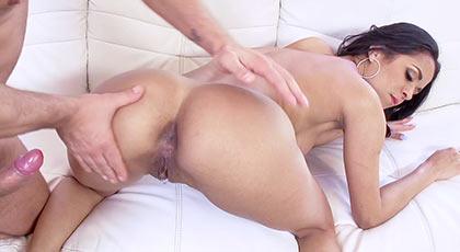 Abby lee brazil pone el culo en pompa para ser penetrada duro en el ojete