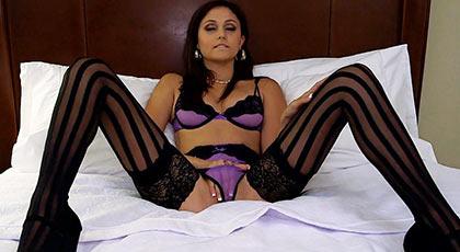 Ariana marie en lencería erótica caliente sobre la cama esperando una polla
