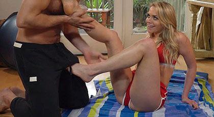Jugando con los bonitos piés de la flexible y morbosa Mia malkova