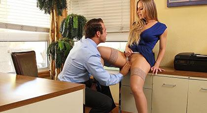 Nicole Aniston se tira al jefe en la oficina