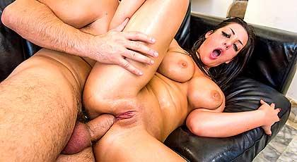 Melina Mason untando con aceite su agujero del culo