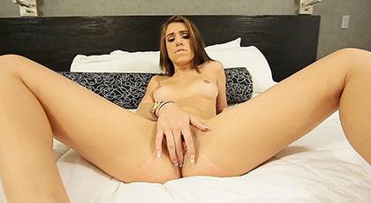 Grabando porno con la bonita joven Joseline Kelly en una cómoda cama
