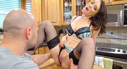 Polvazo sobre la mesa de la cocina con la morbosa Ryland Ann